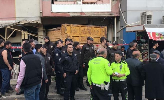 İzmir'de kamyon kıraathanenin içine girdi