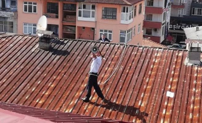 Megafonla çatıya çıktı! Tüm ilçeyi ayağa kaldırdı