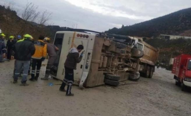 Tarım işçilerini taşıyan otobüs devrildi: Ölü ve yaralılar var
