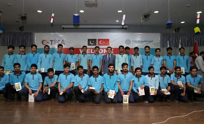 TİKA, Maarif Vakfı'ndan mezun olan öğrencilere hediye verdi