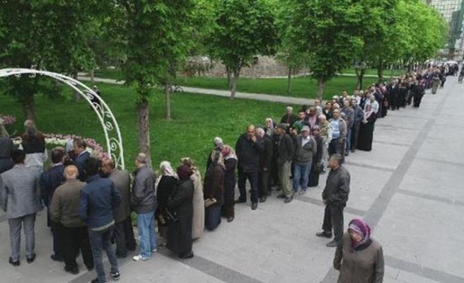 Kayseri'de organik fide dağıtımında 1 kilometrelik kuyruk oluştu