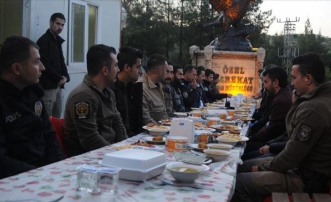 'Huzurun bekçileri' görev yerlerinde sırayla iftar yapıyor