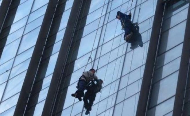 İskelenin düşmesi sonucu 2 işçi plazada asılı kaldı