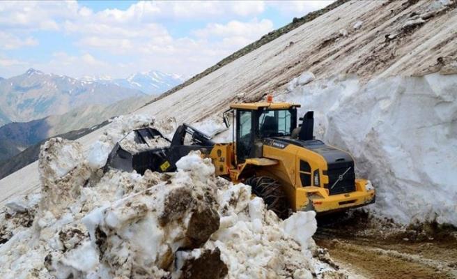 Haziranda 5 metrelik karla mücadele ediyorlar!