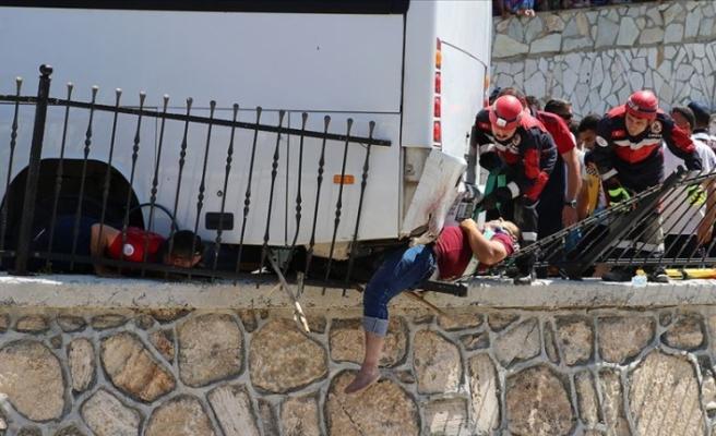 Midibüsün altında kalan yayayı kurtarmak için seferber oldular