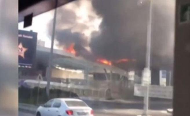 İstanbul'da AVM girişinde yangın