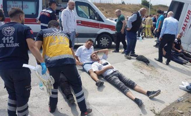 İstanbul'da servis midibüsü devrildi: 20'den fazla yaralı var