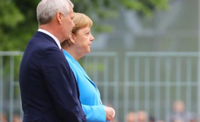 Merkel üç haftada 3'üncü kez titreme nöbeti geçirdi