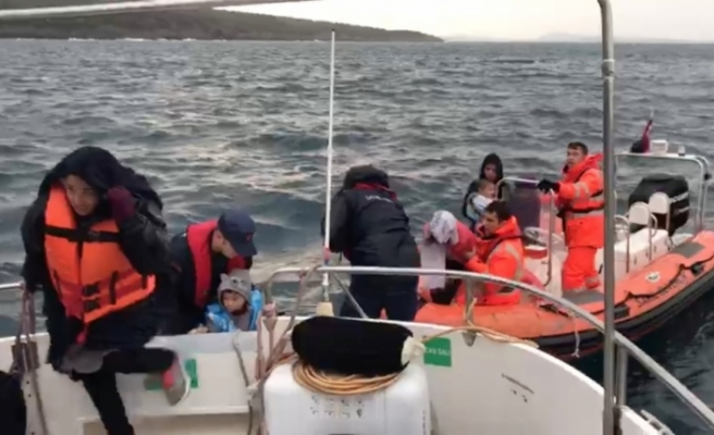 Denizde mahsur kalan 136 düzensiz göçmen kurtarıldı