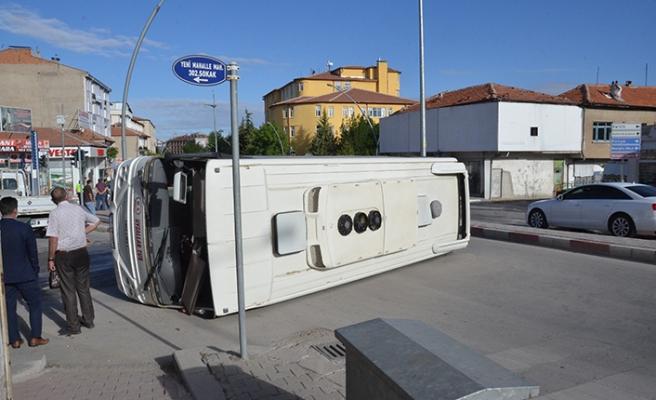 İşçi servisiyle ticari taksi çarpıştı: Çok sayıda yaralı var