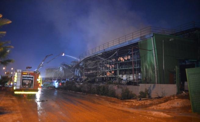 Adana'daki fabrika yangınında soğutma çalışmaları sürüyor