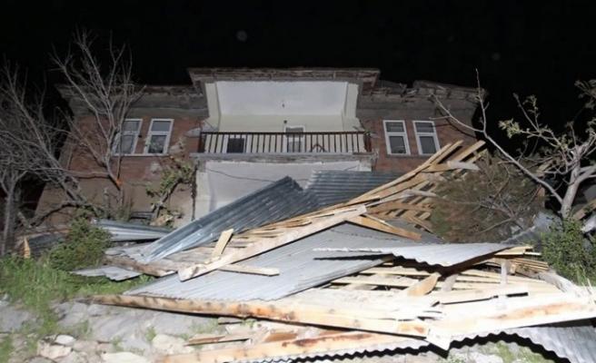 Hakkari'de fırtına mağdurlarına 1 milyon lira destek