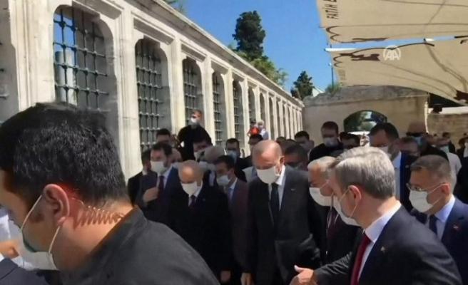Cumhurbaşkanı Erdoğan ve Bahçeli'den Ayasofya Camii'nde namaz sonrası Fatih Sultan Mehmet Han'ın türbesine ziyaret