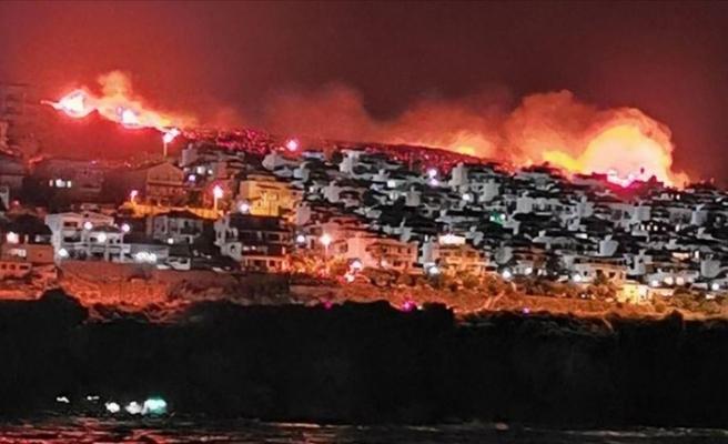 İzmir'de yerleşim alanlarına yaklaşan makilik yangınına müdahale ediliyor