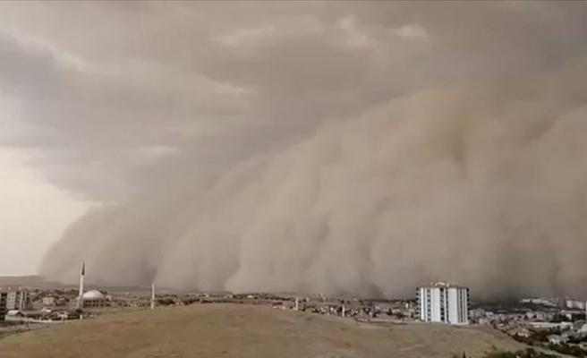 Ankara'da kum fırtınası hayatı felç etti