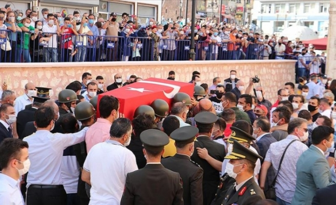 Hakkari'de araç kazasında şehit olan asker son yolculuğuna uğurlandı