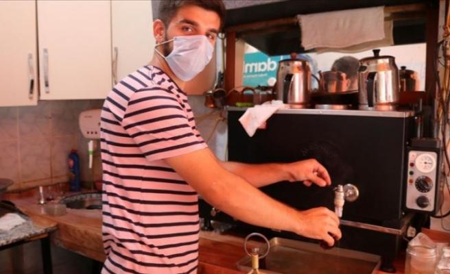 Çay ocağında ailesine destek olurken derslerine de çalışıp tıp fakültesini kazandı