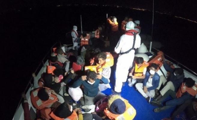 İzmir'de Yunanistan'ın Türk kara sularına ittiği 40 sığınmacı kurtarıldı