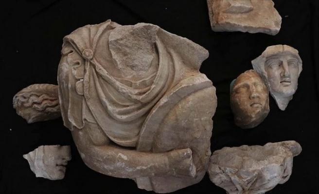 Hadrian Tapınağı kazısında arkeologlar 'parçaları birleştirerek' geçmişe ışık tutuyor