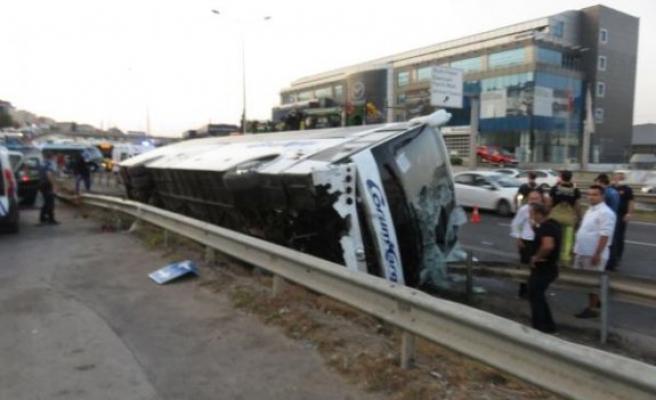 Pendik'te yolcu otobüsü devrildi, yaralılar var