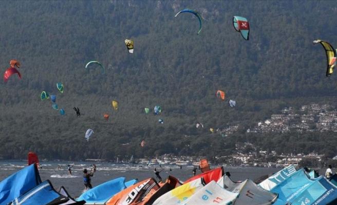 Rüzgar ve uçurtma sörfü tutkunları Gökova Körfezi'ne akın ediyor