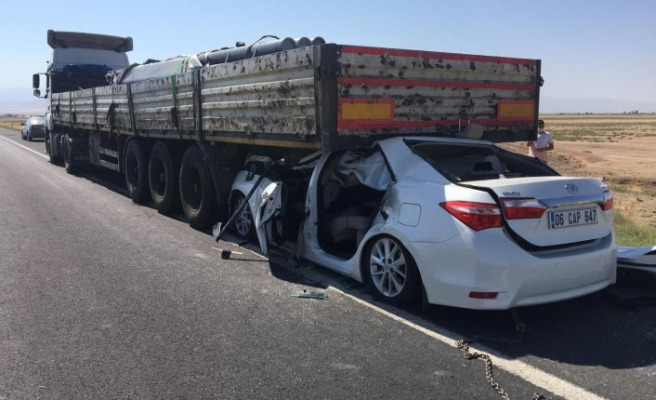 Konya'da feci kaza! Seyir halindeki TIR'ın altına girdi: 1 ölü, 4 yaralı