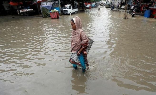 Pakistan'daki şiddetli yağışta 15 kişi öldü