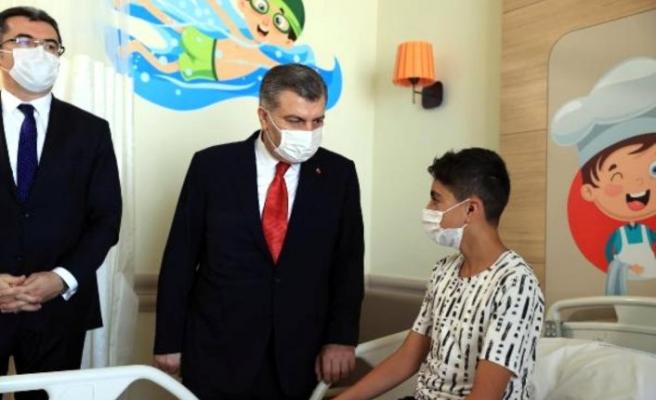 Bakan Koca Erzurum'da çocuk hastaları ziyaret etti