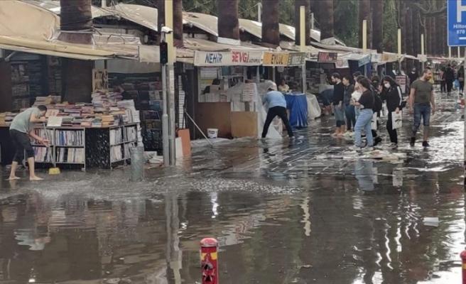 İzmir'de sağanak yağış etkili oldu! İş yerlerini su bastı