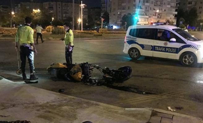 İzmir'de refüje çarpan motosikletteki 2 kişi yaralandı