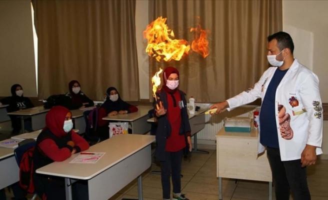 Okulların açılmasını Köpük bombası ile kutladılar