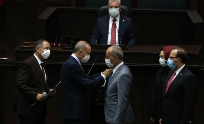 Rozetlerini Erdoğan taktı: Partilerinden istifa ederek AK Parti'ye katıldılar