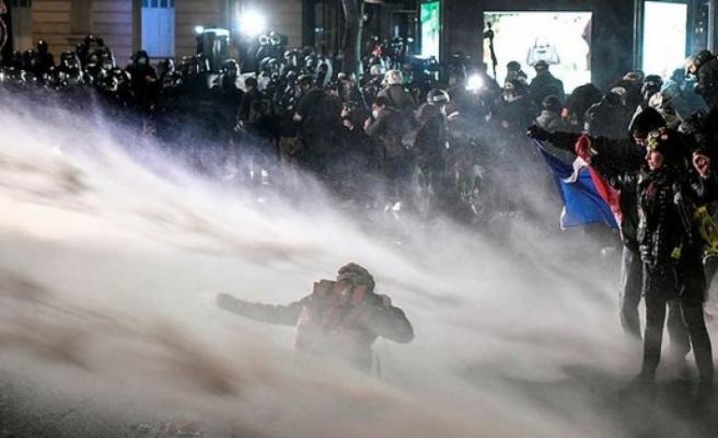 Fransa karıştı..Sarı yeleklilerle güvenlik yasa tasarısı karşıtlarının gösterilerinde olaylar çıktı