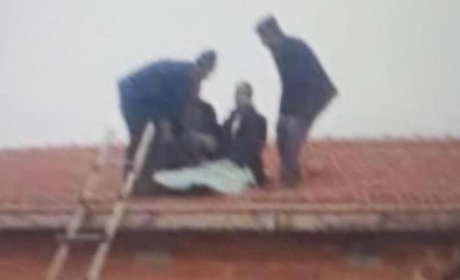 Konya'da aracından fırlayan bir sürücü evin çatısına düştü