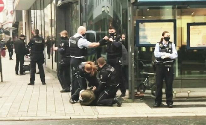 Alman polisinden başörtülü kadına işkence: Bebeğin ağlamasına aldırış etmediler