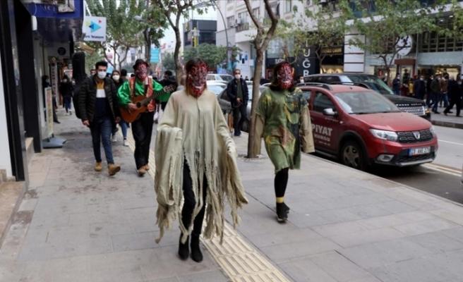 Tiyatrocular ilginç kostümleriyle virüse dikkat çekiyorlar