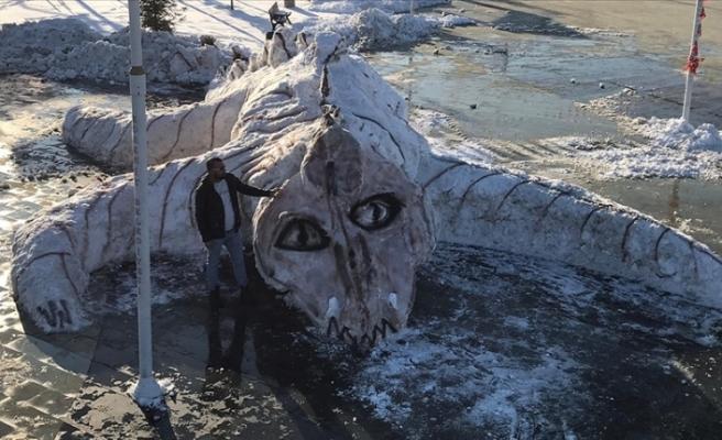 Van'da belediye işçileri kardan dev 'Van Gölü canavarı' yaptı