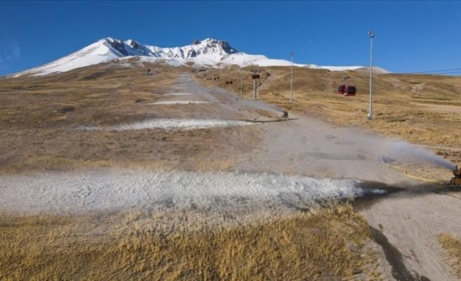 Erciyes Dağı'nda suni kar ile kayak keyfi