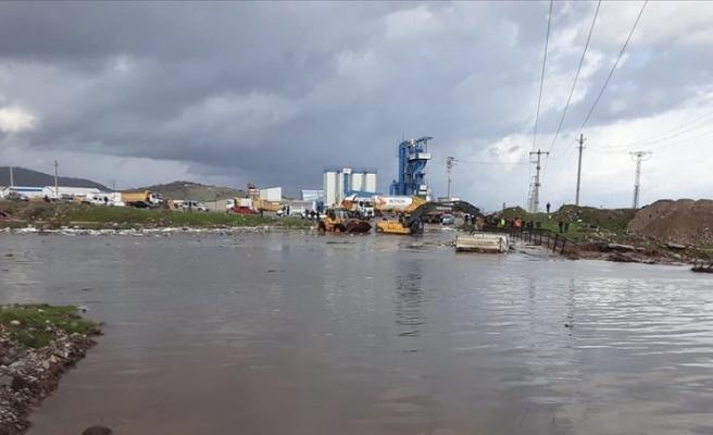 İzmir'de taşkın sularına kapılan araçtaki 3 kişi kurtarıldı