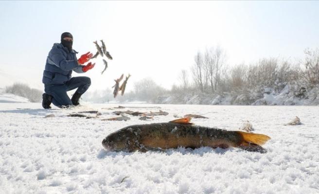 Yüksekova'da kazmalı kürekli balık avı
