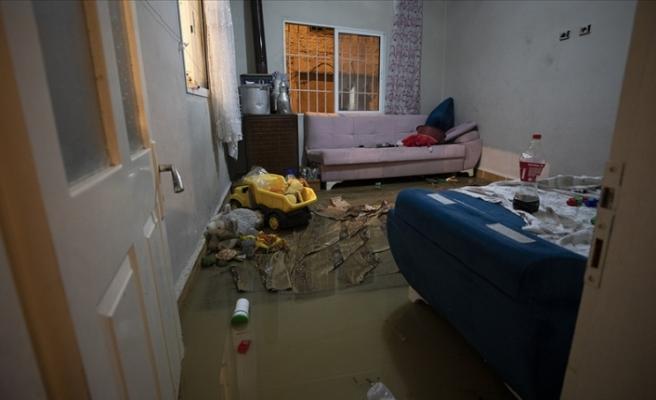 İzmir'de sağanak  212 iş yeri ve eve zarar verdi