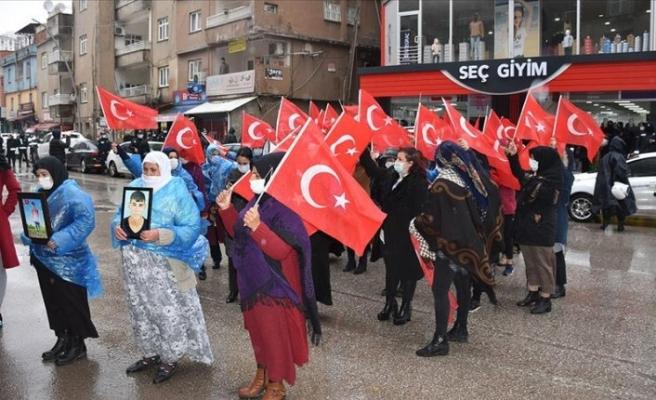 Çocuklarını bekleyen aileler Şırnak'ta HDP  İl Başkanlığı önünde eylem yaptı