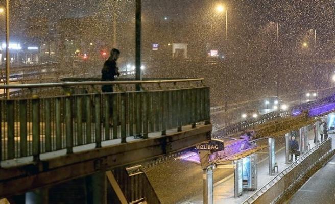 İstanbul'da beklenen kar yağmaya başladı