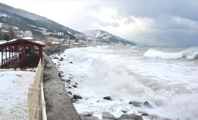 Kastamonu'da fırtına nedeniyle 4 metre dalga oluştu