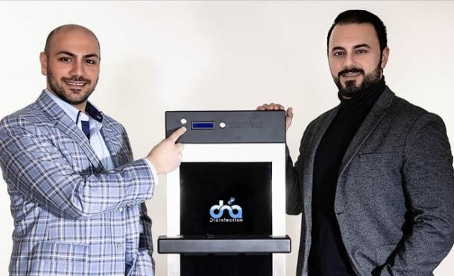 Türk gençleri, dokunmatik ekranlarda Kovid-19'u yok eden cihaz geliştirdi
