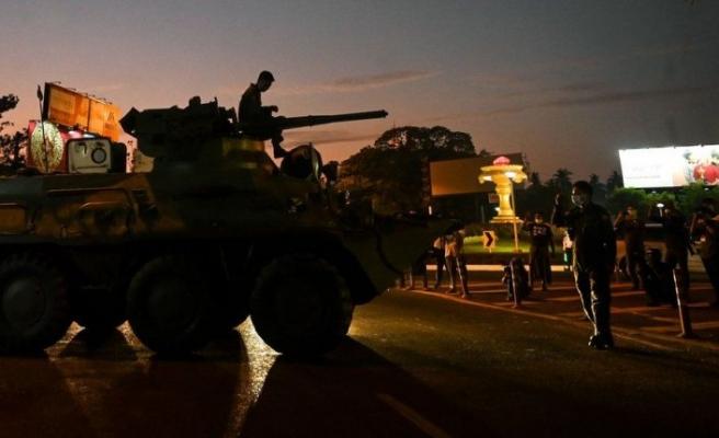 Myanmar'da internet kesildi, askeri araçlar sokaklarda görüldü