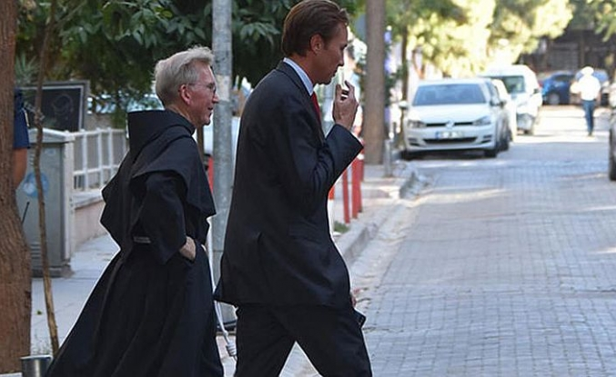 Rahip Brunson'a rahip ve avukat ziyaretçiler