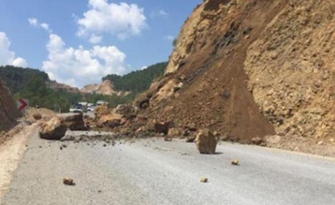 Antalya'da heyelan, yol trafiğe kapatıldı