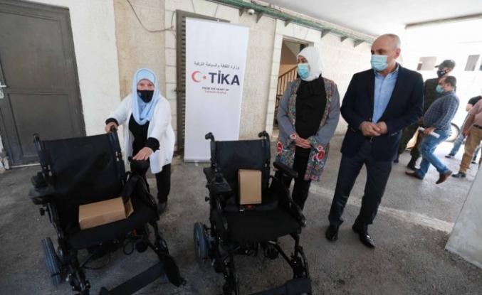 TİKA, özel ihtiyaç sahibi Filistinlilere akülü tekerlekli sandalye dağıttı