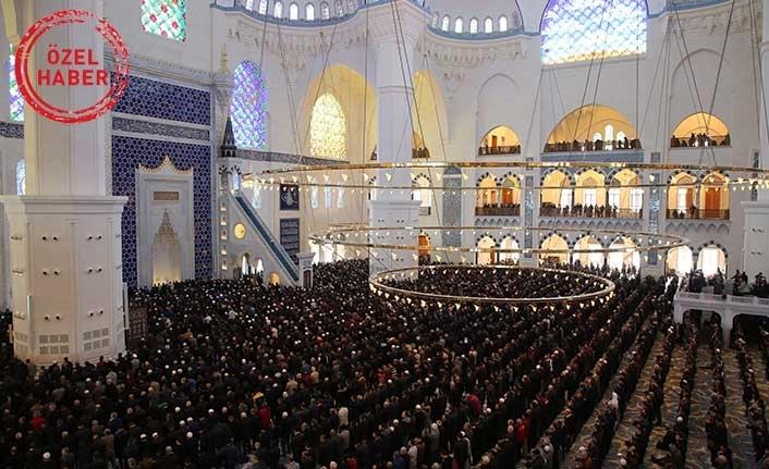 Vatandaşlar Berat Kandili'nde Cuma Namazı için Çamlıca Camii'ne akın etti